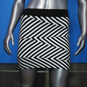 MONTEAU • Black / White Zigzag Mini / size (M)